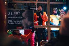 Raoul von #aufstehn hält eine Rede beim Klimaprotest zur OPEC-Tagung