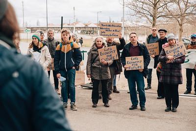 """Klima-Aktivist_innen bei der Aktion vor dem Siemensgebäude. Sie halten Schilder mit der Aufschrift: """"Let's economy for future"""""""