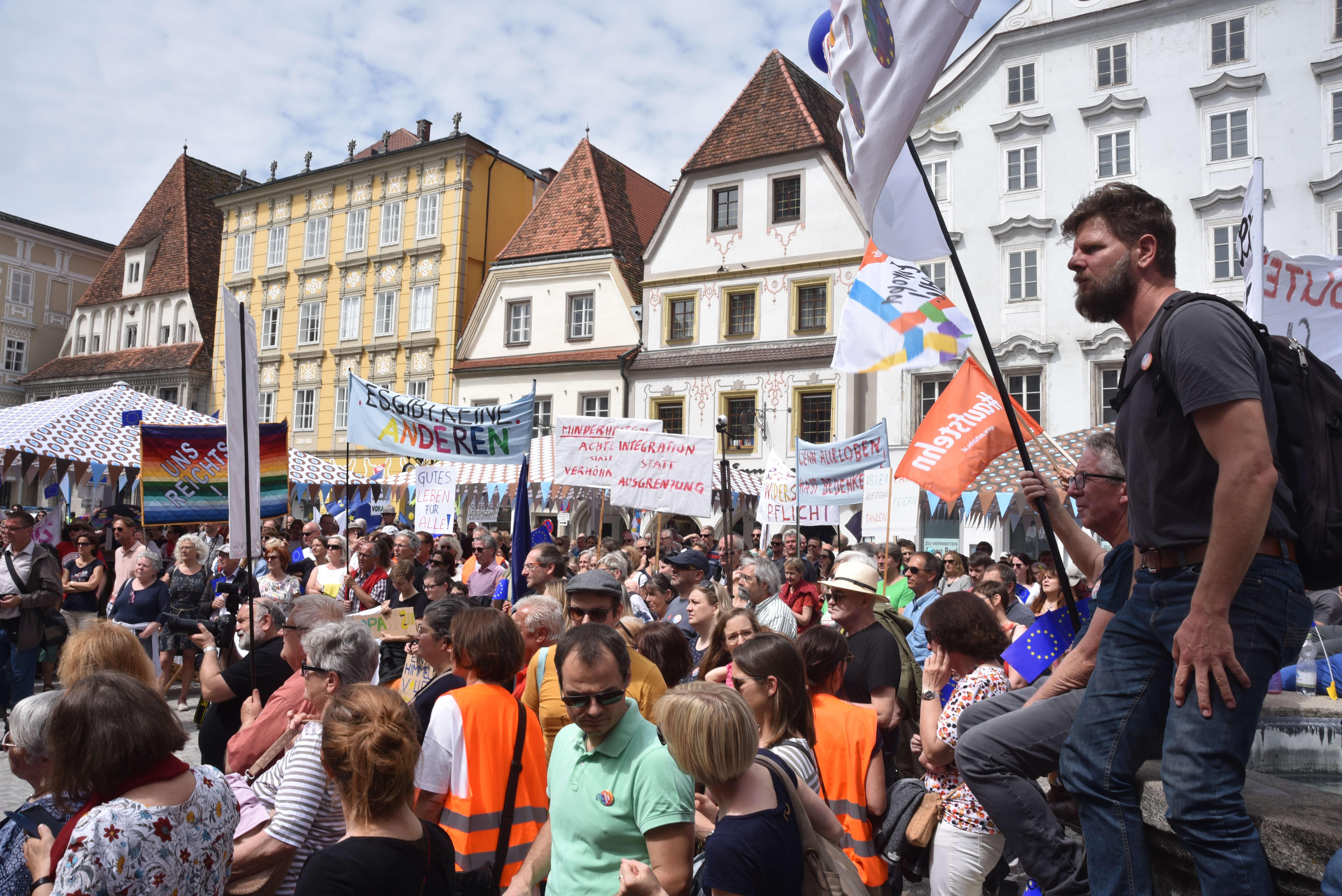 Hunderte Menschen demonstrieren am Stadtplatz in Steyr für ein Europa für alle. Sie tragen Schilder und Fahnen.